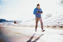 Primer del hombre que corre y que activa en un día frío Foto de archivo
