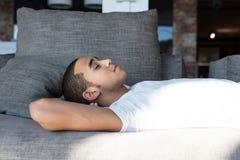 Primer del hombre que duerme en el sofá Fotografía de archivo libre de regalías
