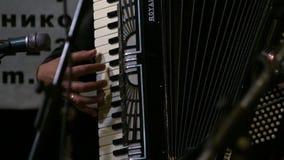 Primer del hombre que juega el acordeón almacen de metraje de vídeo