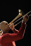 Primer del hombre que juega el trombón Fotos de archivo libres de regalías