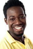 Primer del individuo africano hermoso sonriente Imagenes de archivo