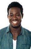 Primer del individuo africano joven alegre Foto de archivo