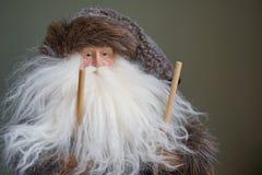 Primer del invierno del viejo hombre con los polos de esquí imágenes de archivo libres de regalías