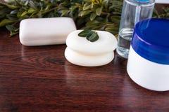 Primer del jabón en un viejo fondo de madera Tratamientos del balneario, verdes Concepto de la belleza del cuidado de piel fotografía de archivo libre de regalías