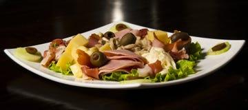 Primer del jamón y de la ensalada de las aceitunas Fotografía de archivo