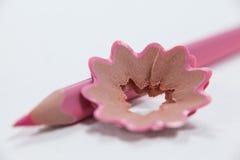Primer del lápiz coloreado rosa con las virutas Imagen de archivo