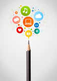 Primer del lápiz con los iconos sociales de la red Imagenes de archivo