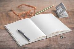 Primer del libro y de accesorios hechos a mano en fondo de madera Fotografía de archivo