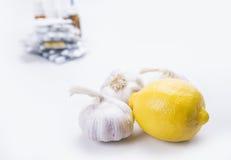 Primer del limón y del ajo en la acción trasera de drogas y de píldoras Fotografía de archivo