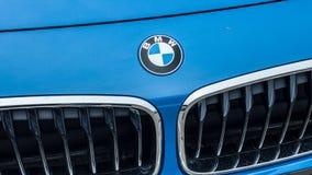 Primer del logotipo de BMW en frente azul del coche Imagenes de archivo