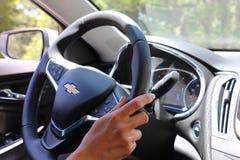Primer del logotipo de Chevrolet en el volante de Chevrolet Malibu Fotografía de archivo