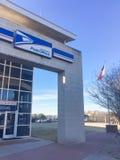Primer del logotipo de USPS en la entrada de la fachada de la tienda en Irving, Tejas, los E.E.U.U. fotografía de archivo