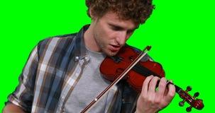 Primer del músico de sexo masculino que canta mientras que toca el violín almacen de video
