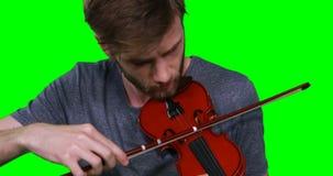 Primer del músico de sexo masculino que toca el violín almacen de metraje de vídeo