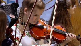 Primer del músico que toca el violín almacen de metraje de vídeo