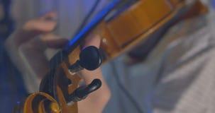 Primer del músico que toca el violín almacen de video