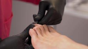 Primer del manual que quita cutículas de la uña del pie usando las podadoras de clavo Cortador de las cutículas del clavo del ded almacen de metraje de vídeo