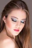 Primer del maquillaje que lleva atractivo de la mujer joven Foto de archivo