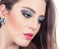 Primer del maquillaje que lleva de la muchacha rubia joven Fotos de archivo libres de regalías