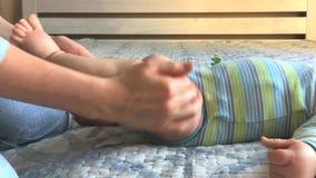 Primer del masaje recién nacido del pie de la mamá en casa metrajes
