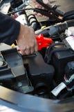 Primer del mecánico Attaching Jumper Cables To Car Battery Imagen de archivo libre de regalías