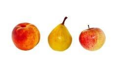 Primer del melocotón, de la pera y de la manzana en un fondo blanco Fotos de archivo libres de regalías
