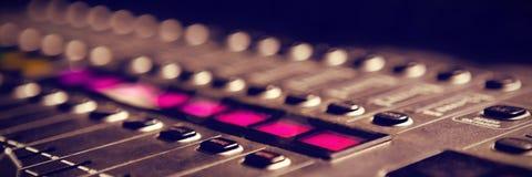 Primer del mezclador de sonidos en estudio stock de ilustración