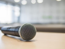 Primer del micrófono en sala de reunión con la luz del bokeh Fotos de archivo