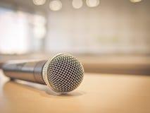 Primer del micrófono en sala de reunión con la luz del bokeh, proceso del vintage Imagenes de archivo