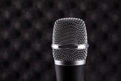 Primer del micrófono inalámbrico en fondo acústico de la espuma Foto de archivo libre de regalías