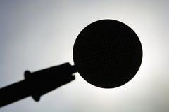Primer del micrófono silueteado contra el sol Fotografía de archivo libre de regalías