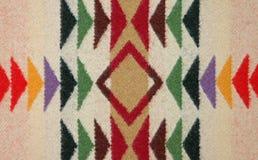 Primer del modelo colorido en una manta de las lanas Foto de archivo libre de regalías