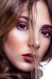 Primer del modelo de moda hermoso con maquillaje y del peinado en su cara Fotos de archivo libres de regalías