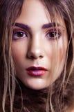 Primer del modelo de moda hermoso con maquillaje y del peinado en su cara Foto de archivo libre de regalías