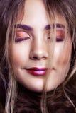 Primer del modelo de moda hermoso con maquillaje y del peinado en su cara Fotos de archivo