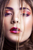 Primer del modelo de moda hermoso con maquillaje y del peinado en su cara Fotografía de archivo libre de regalías