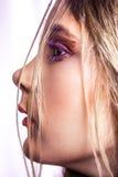 Primer del modelo de moda hermoso con maquillaje y del peinado en su cara Imágenes de archivo libres de regalías
