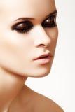 Primer del modelo lindo con maquillaje del lustre de la manera Imagen de archivo libre de regalías
