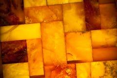 Primer del mosaico ambarino de oro como fondo o textura. Gema. Imagenes de archivo