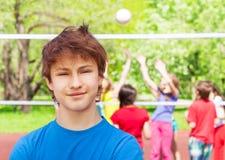 Primer del muchacho del adolescente que se coloca en patio Foto de archivo libre de regalías
