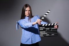 Primer del mujeres jovenes con la chapaleta de la película Fotos de archivo libres de regalías