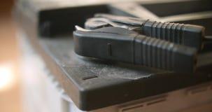 Primer del negro la abrazadera del cargador de batería de coche del acumulador del signo de menos almacen de video