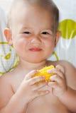 Primer del niño adorable que come el maíz dulce Fotografía de archivo libre de regalías