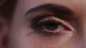 Primer del ojo cerrado hermoso de la mujer, ella lo está abriendo almacen de video