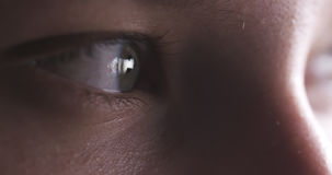 Primer del ojo del adolescente sin el maquillaje que mira derecho Fotografía de archivo libre de regalías