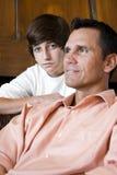 Primer del padre con el hijo adolescente en el país Foto de archivo libre de regalías
