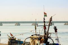 Primer del palo, de la bandera y de la cabina del barco en Diu foto de archivo libre de regalías