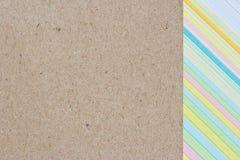 Primer del papel multicolor de la tarjeta y del papel reciclado Fotografía de archivo