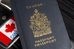 Primer del pasaporte canadiense que se sienta en la maleta imagen de archivo libre de regalías