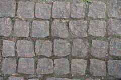 Primer del pavimento de camino de los adoquines del granito Foto de archivo